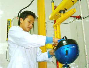 Mũ bảo hiểm Protec được thử nghiệm và kiểm tra chất lượng tại phòng thí nghiệm của nhà máy.