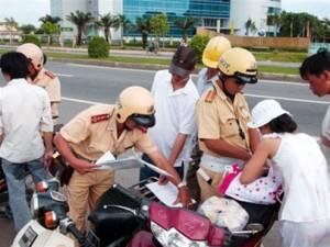 CSGT xử phạt xe máy vi phạm luật - (Ảnh minh họa: Vietnamnet)